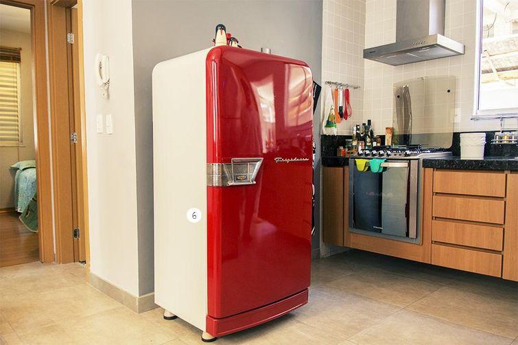 Cozinha pequena com geladeira retrô pequena.