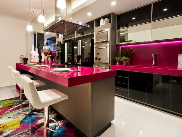 Decoração moderna com armários pretos e bancada rosa.