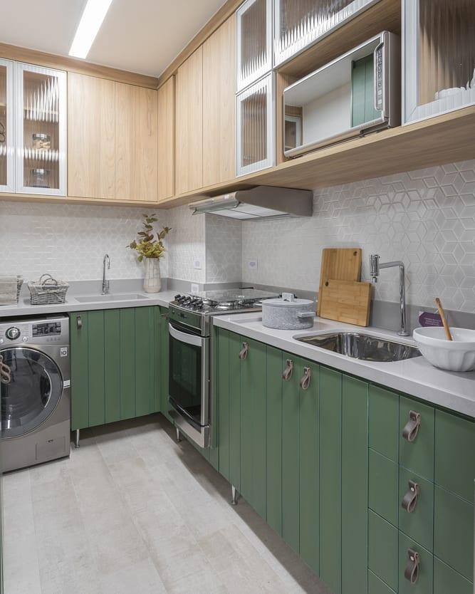 Decoração moderna com armários verde.