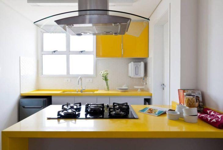 Cozinha pequena com bancada amarela e cooktop.