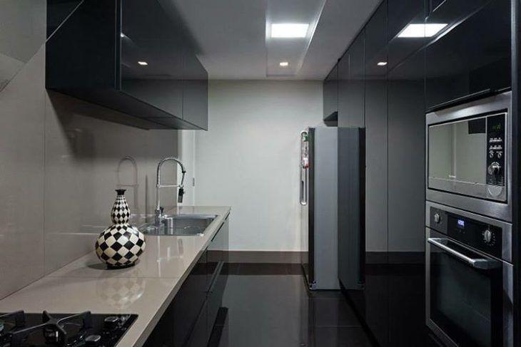 Cozinha preta pequena moderna.