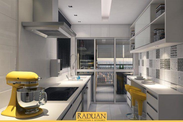 Decoração com armários brancas e simples com bancos amarelos.