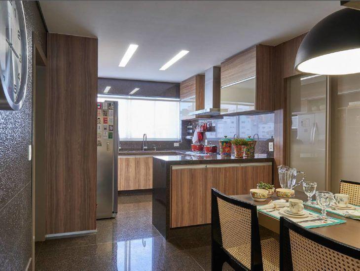 Decoração moderna com armário com acabamento de madeira.