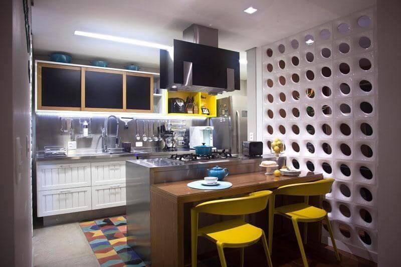 Cozinha planejada pequena moderna com acabamento de inox.