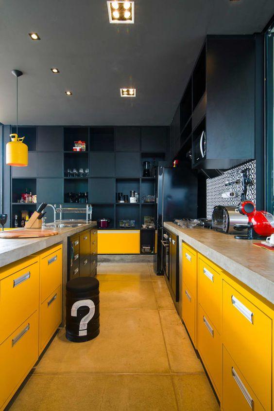 cozinah preta com armário amarelos e teto cinza