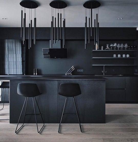 cozinha moderna preta com ilha e luminárias contemporâneas