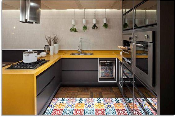 cozinha amarela e cinza com bancada amarela