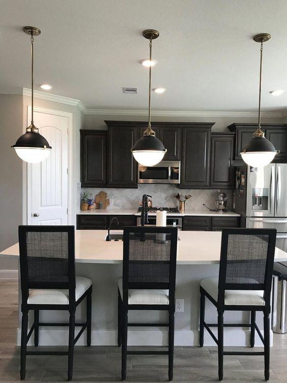 cozinha preta e branca com pendentes retrôs
