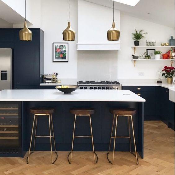 cozinha preta e dourada com branco