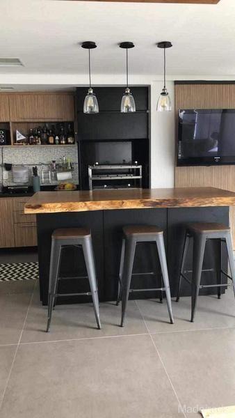 cozinha preta com ilha de madeira e bacos tolix