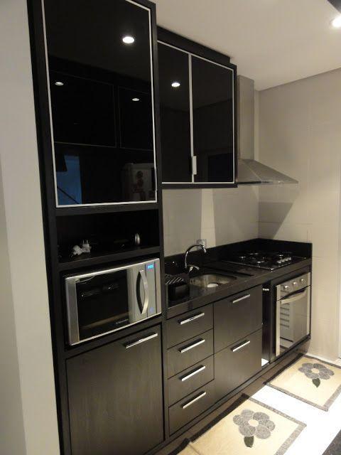 cozinha preta compacta com coifa em inox