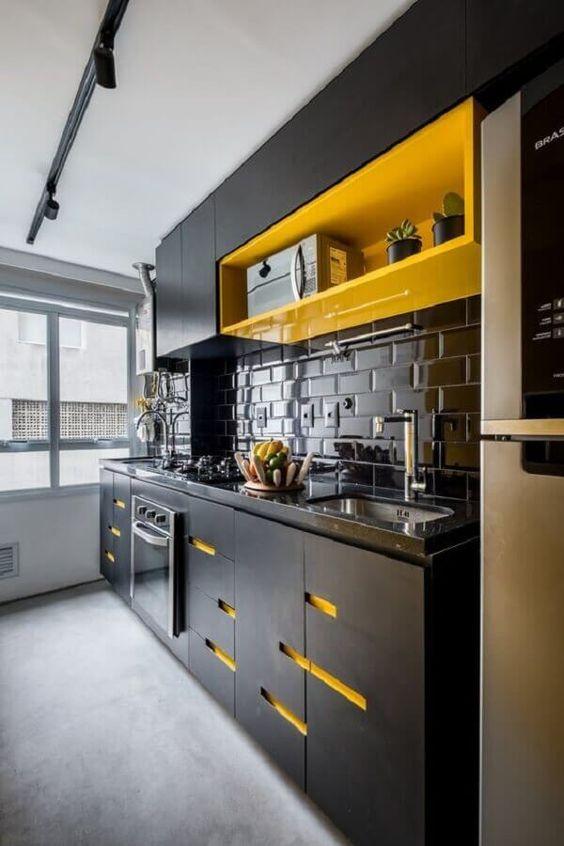 cozinha preta e amarela com azulejo metrô