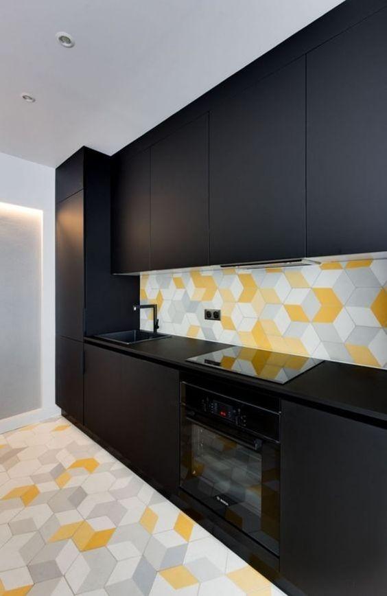 cozinha preta e amarela com ladrilho hidráulico