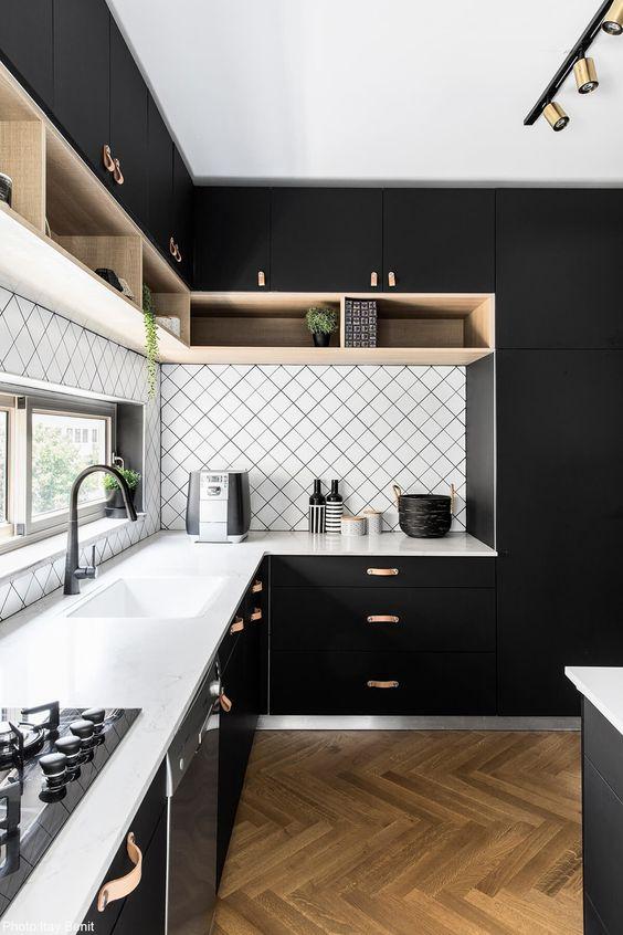 cozinha alto padrão marcenaria preta e torneira gourmet