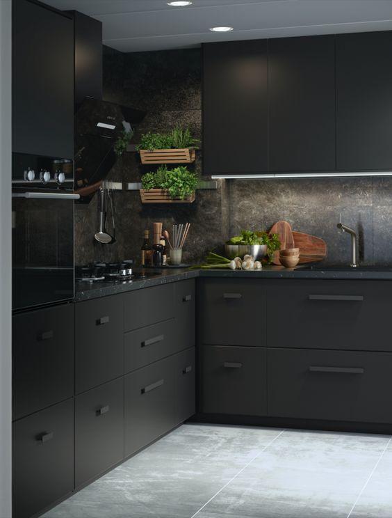 cozinha preta com parede de cimento queimado