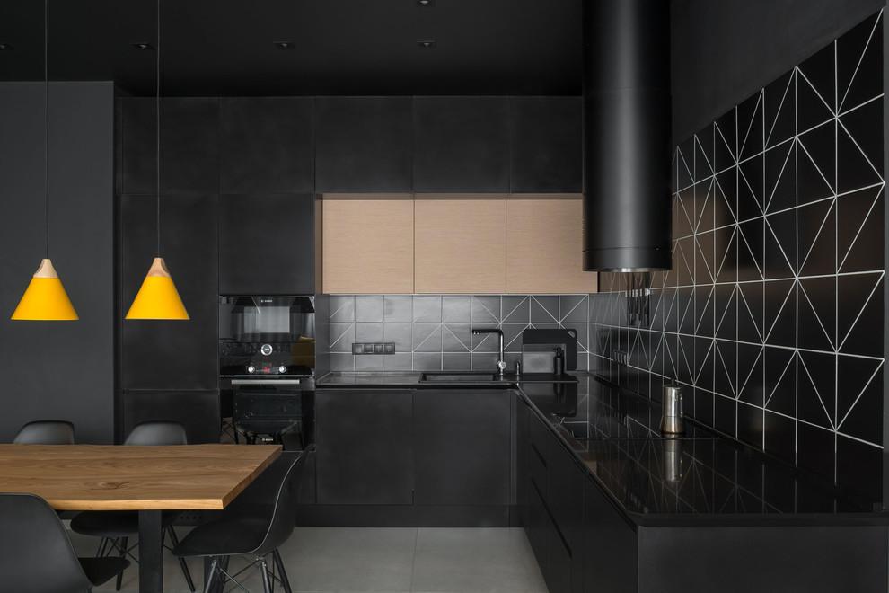 cozinha total black com marcenaria e pendente amarelo