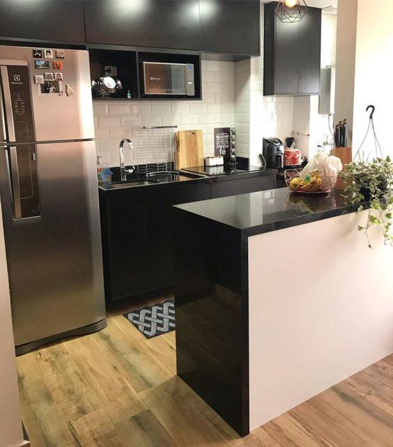 cozinha simples preta e piso de madeira
