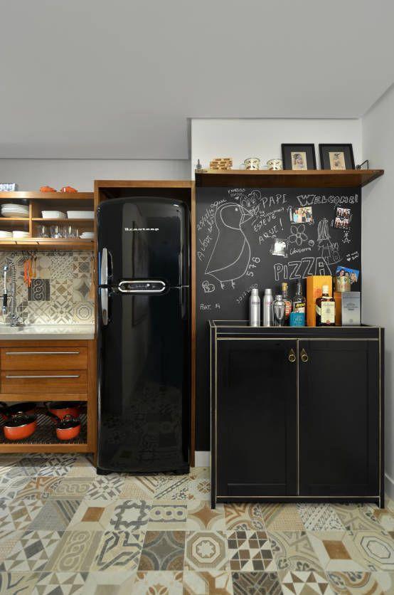 parede lousa e geladeira preta