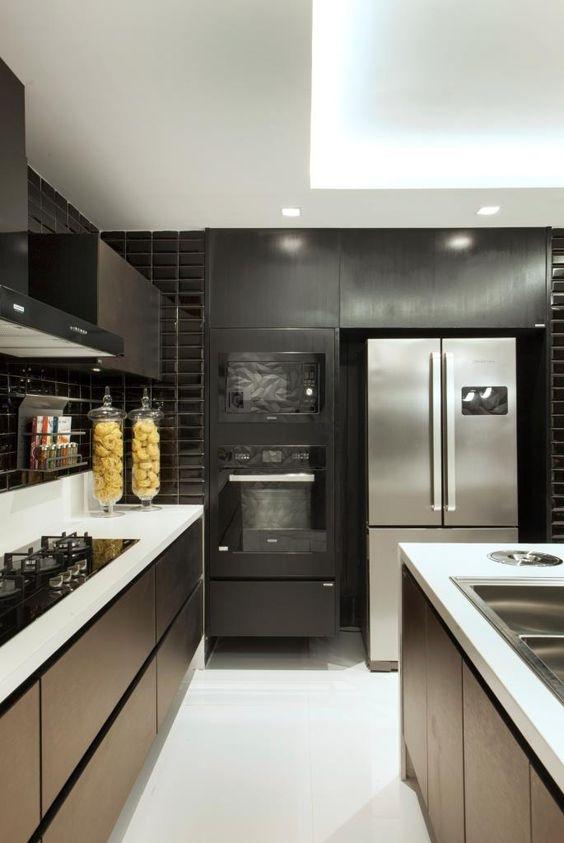 geladeira inox  com bancada branca