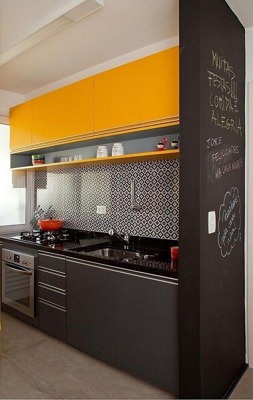 armário amarelo com ladrilhos