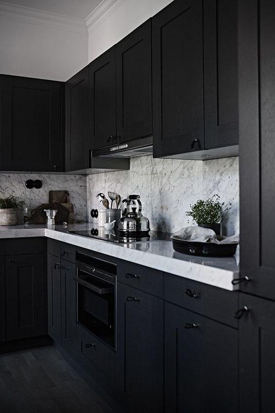 cozinha de marcenaria preta com bancada branca