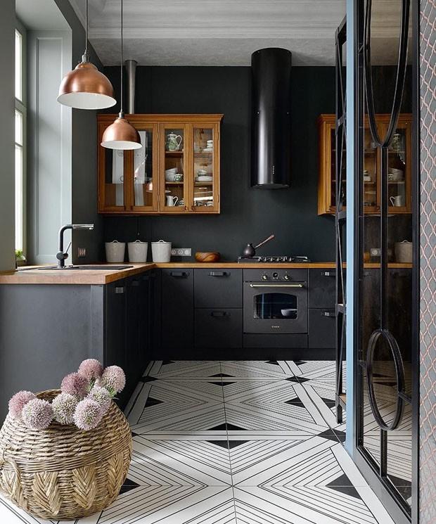 bancada de madeira e piso branco e preto