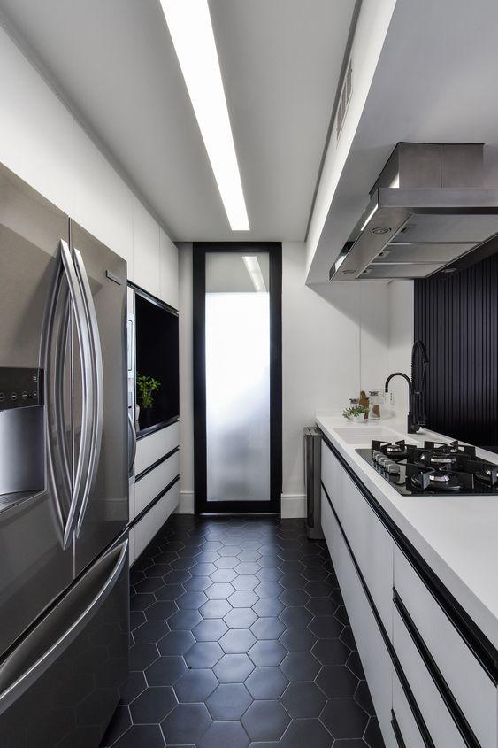 painel de marcenaria preto e bancadas brancas, piso preto