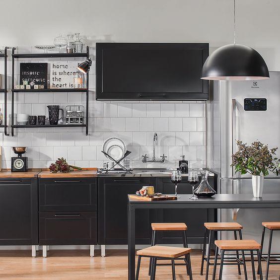 cozinha branca e preta com pia em inox
