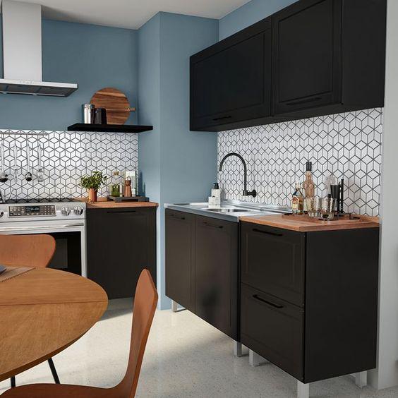 cozinha preta com azul e pia em inox