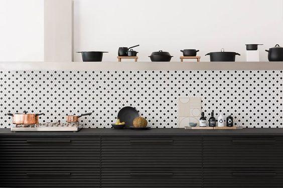cozinha com poá branco e preto e armário pretos