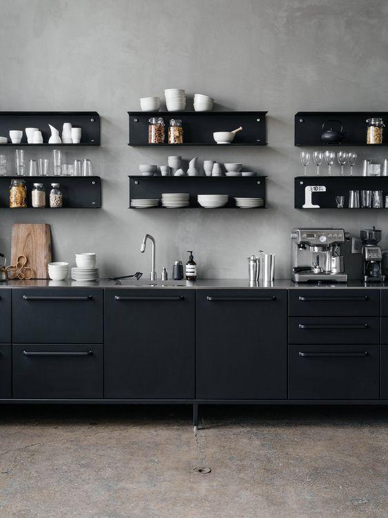 cozinha preta com parede cinza e prateleiras