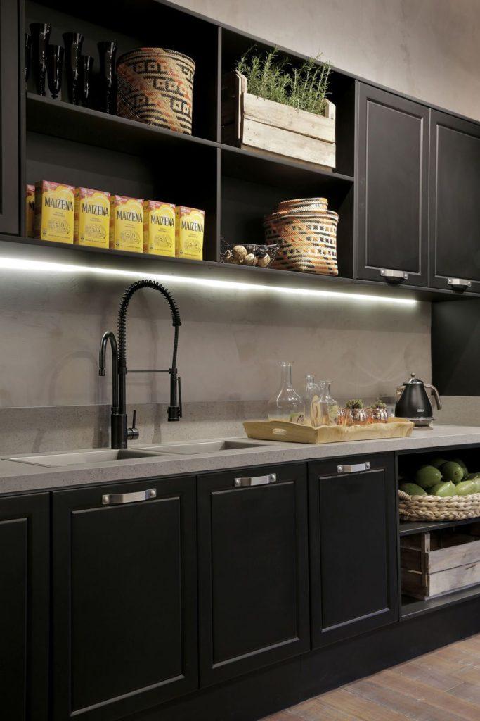 cozinha preta com torneira preta de bica dupla com filtro