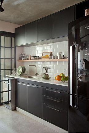 cozinha com armários pretos e azulejo branco