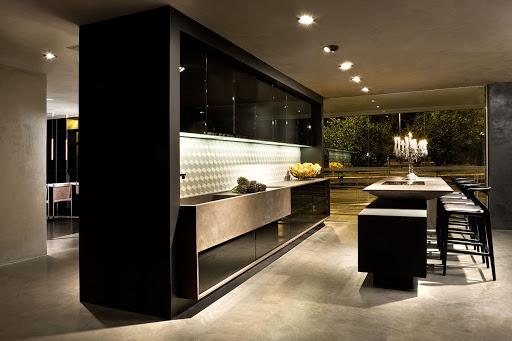 cozinha contemporânea preta e branca com pia de porcelanato