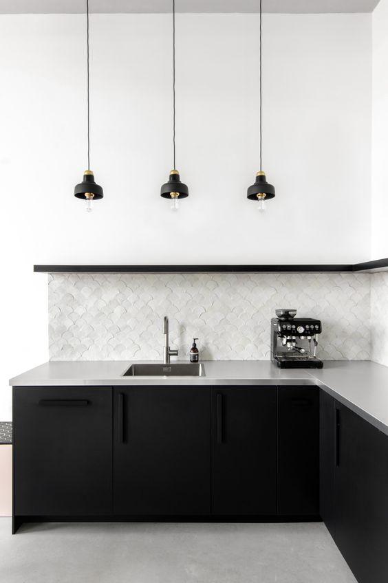 cozinha com armários pretos e bancadas cinza