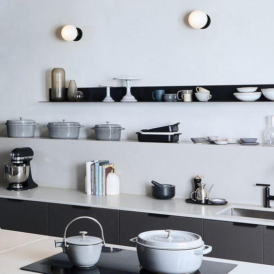 cozinha com prateleiras preta