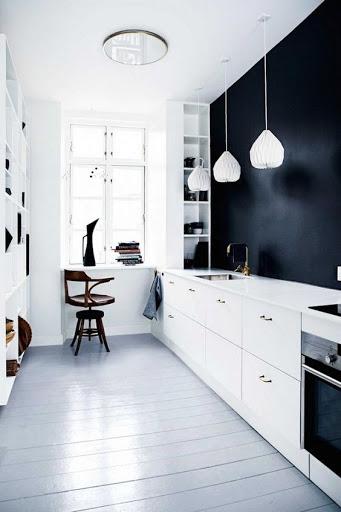 cozinha branco com grande parede preta