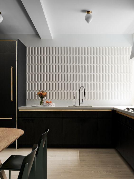 cozinha preta com azulejo texturizado branco