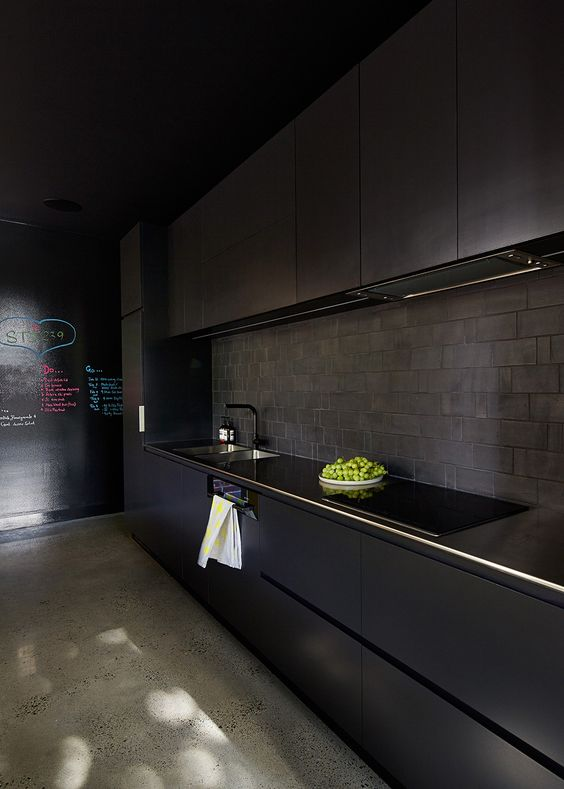 cozinha preta com ardósia no frontão da pia
