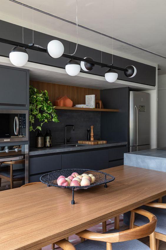 cozinha preta, cinza e madeira
