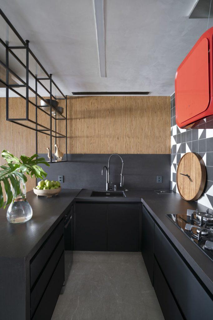 painel de madeira e azulejo preto