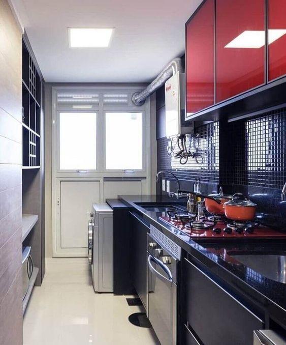 pastilha de vidro preta e armário aéreo vermelho
