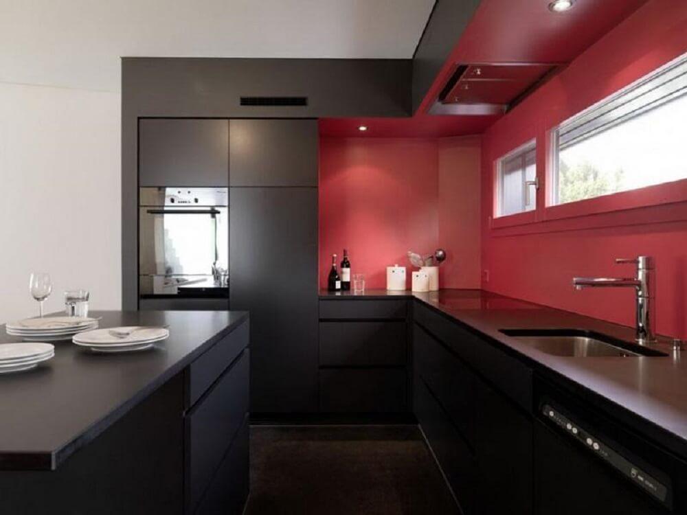 cozinha preta e vermelha  com ilha