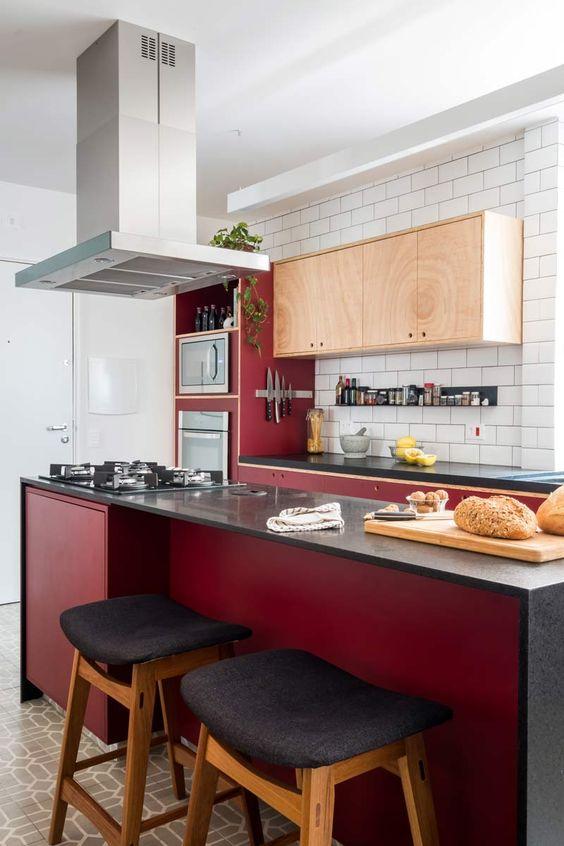 cozinha vermelha escuro com  preto e azulejos brancos