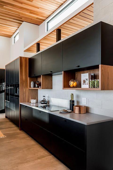 armário preto e madeira e bancada cinza claro