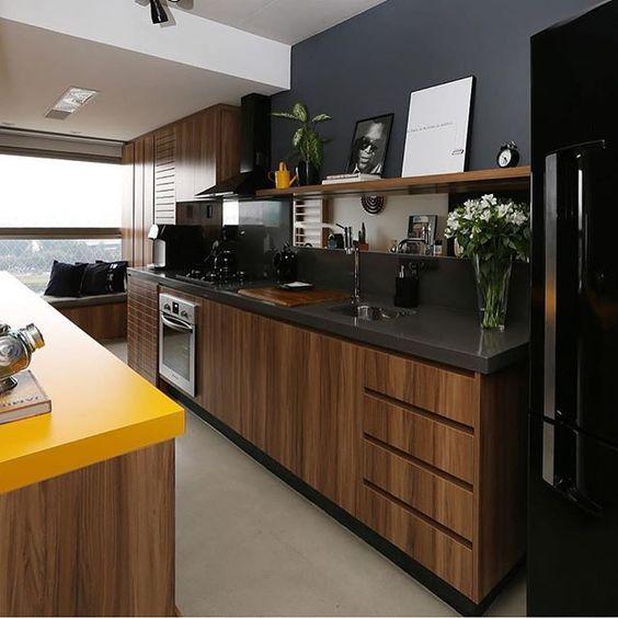 armário de madeira e parede cinza