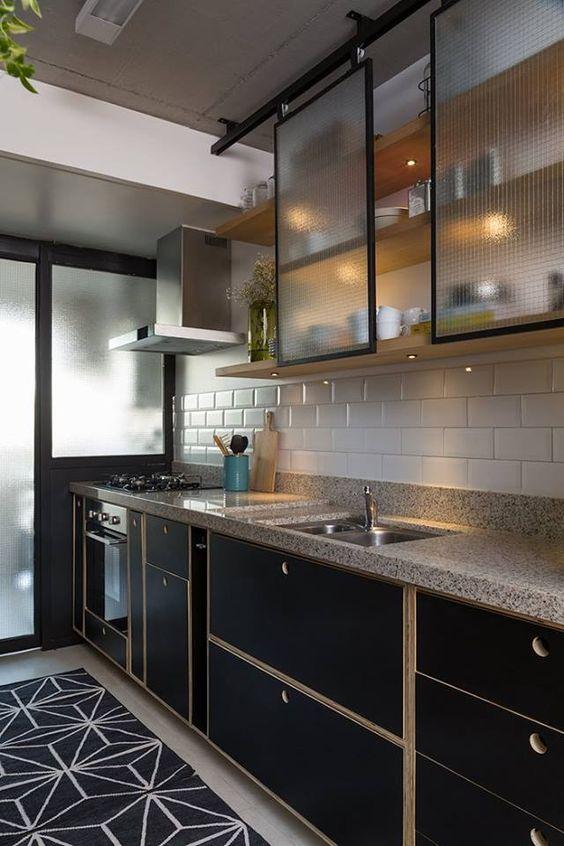 cozinha com portas de vidro no armário preto
