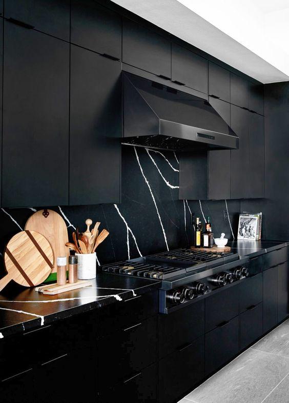 cozinha totalmente preta com parede em mármore