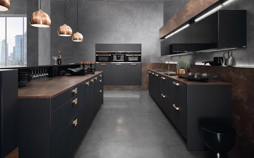 cozinha com bancadas em granito e marcenaria preta