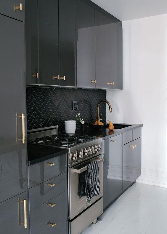 cozinha com marcenaria preta e azulejo em escama de peixe